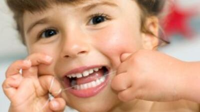 El uso del hilo dental es crucial desde el surgimiento de los primeros d...