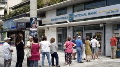 Griegos abarrotan los cajeros automáticos ante la incertidumbre financiera.