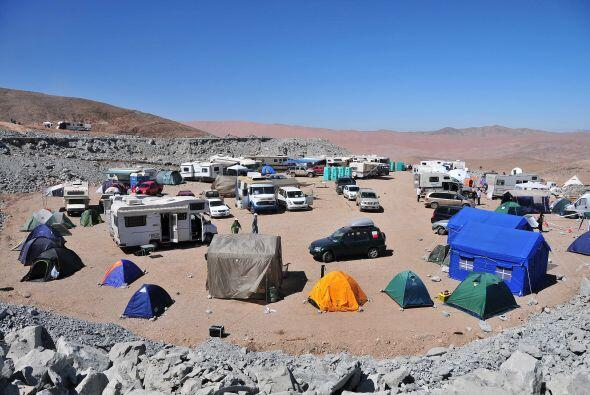 Los habitantes del campamento 'La esperanza' continúan con la esp...