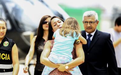 Rose Chacón tras recoger a su hija Adrianna Kent del helic&oacute...