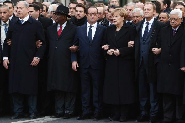 Aquí acompañan a Hollande Benjamin Netanyahu, Manuel Valls, Merkel, y Ma...