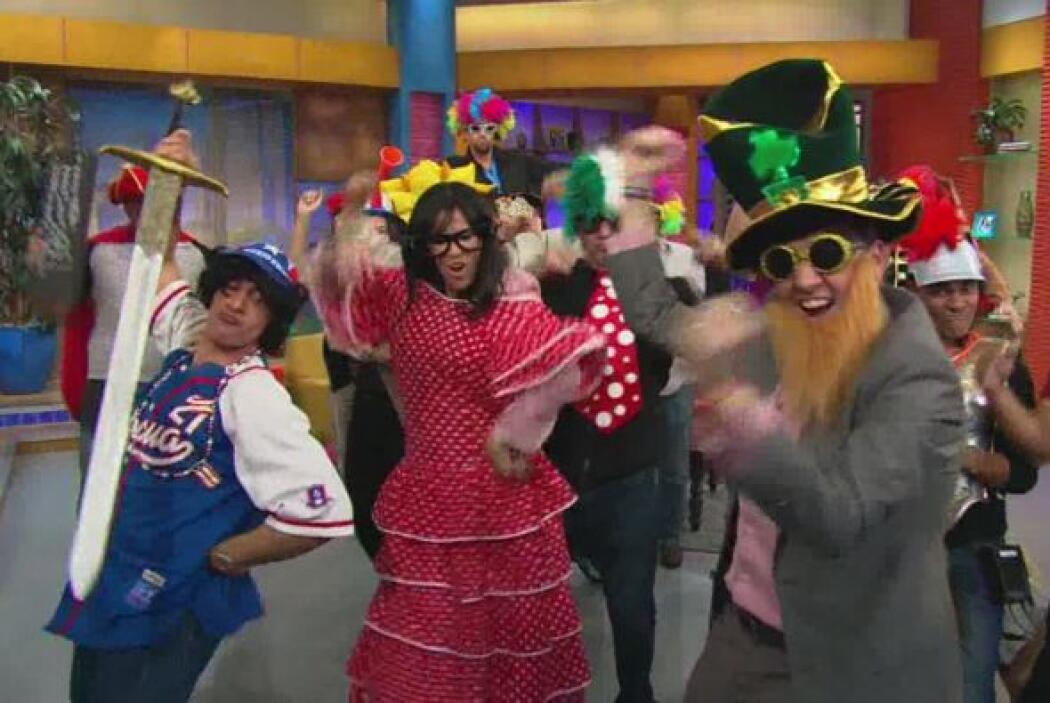 Vestidos, pelucas, máscaras, lentes y más sirvieron para el baile.