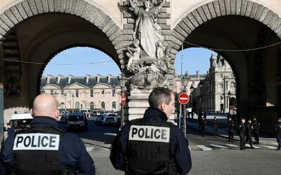 Soldado abatió a un hombre que intentó agredirlo frente al museo Louvre...