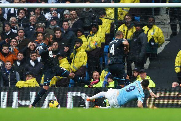 El disparo del delantero español fue desviado por Sandro, a quien se le...