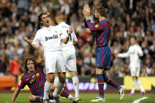 Entró Raúl y marcó, pero el gol fue anulado por mano de Benzema.