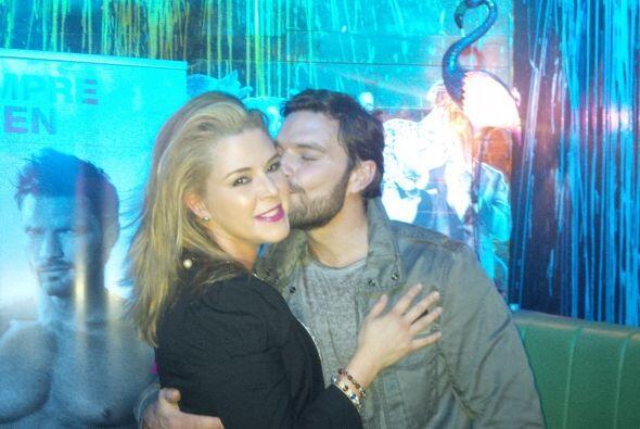 Y, por supuesto, recibió un besote por parte de Julián.  (...