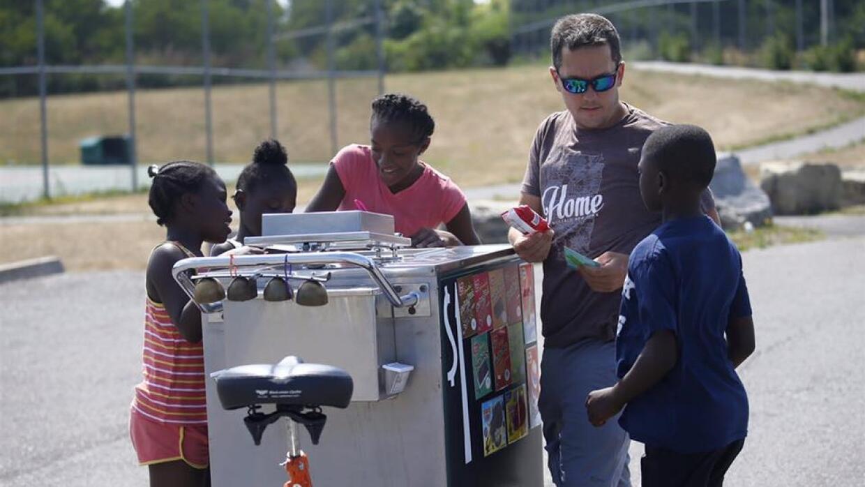 Este hombre da helado gratis a los niños a cambio de una nota de agradec...