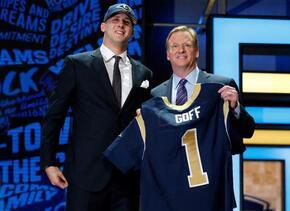 Jared Goff posa con el comisionado de la NFL Roger Goodell, luego que lo...