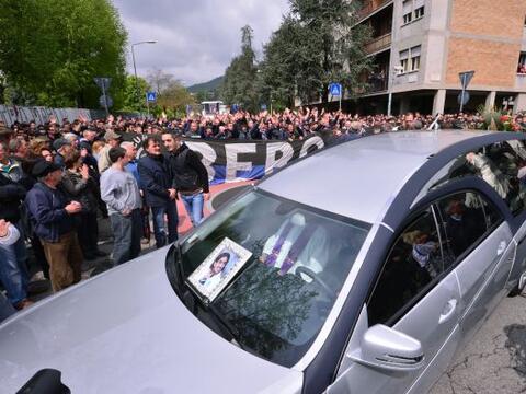 Miles de personas asistieron en la ciudad norteña de Bérgamo al funeral...