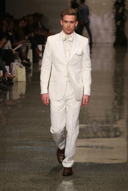 Aquí vemos un elegante traje blanco con toques satinados que lejo...