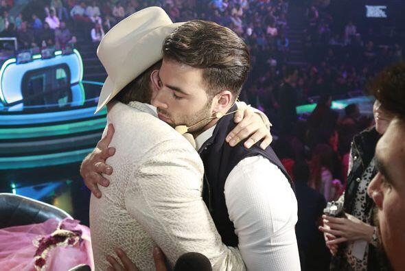 Y también le dio otro fuerte abrazo.