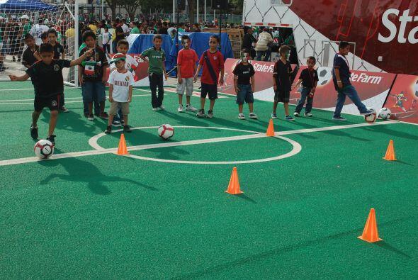Entre las actividades alrededor del estadio había juegos para los más pe...