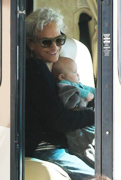 La abuelita consentidora cargando a la bebé.