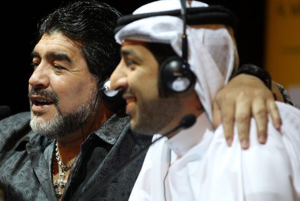 El personaje que Maradona abraza es un peso pesado del fútbol de...