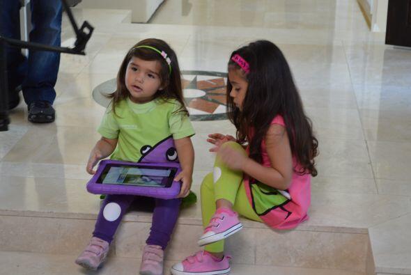 Mientras un niño o niña aprende haciendo preguntas, otro aprende mirando...