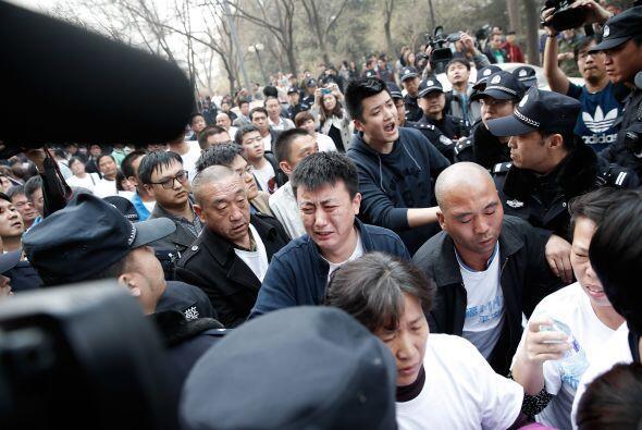Muchos de los manifestantes fueron empujados hacia atrás por la policía,...