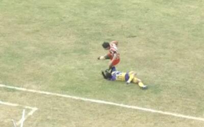 Un futbolista en Argentina muere en el campo de juego al recibir una patada