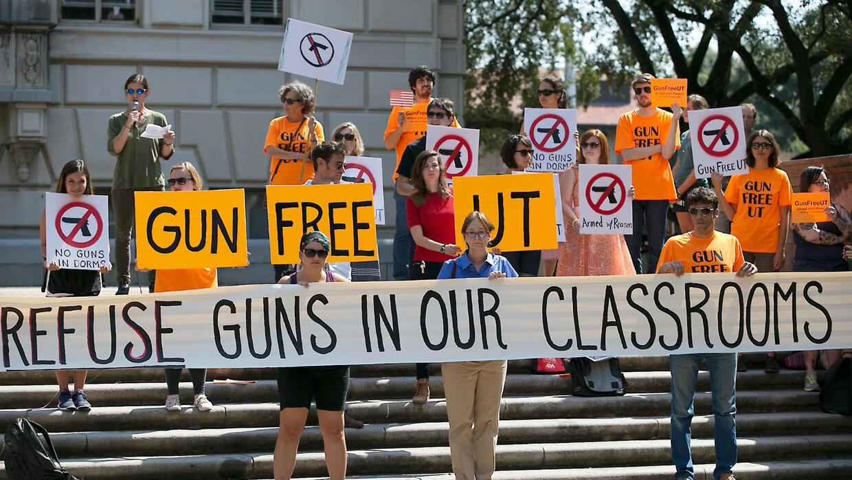 Manifestantes se reúnen en el campus de la Universidad de Texas para rec...