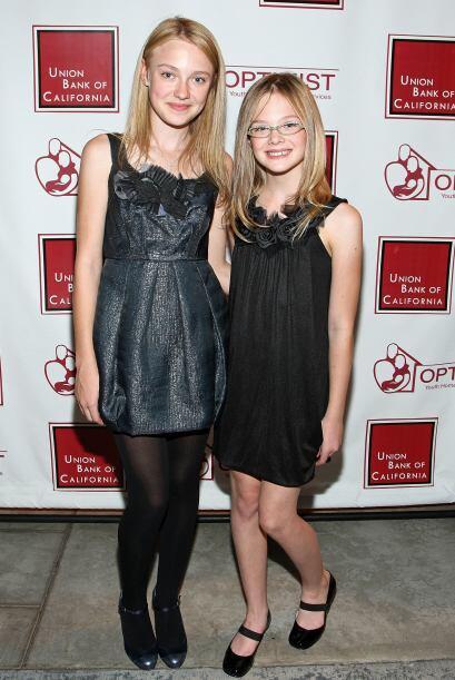 Dakota y su hermana Elle Fanning en octubre de 2008.  Aquí los videos má...