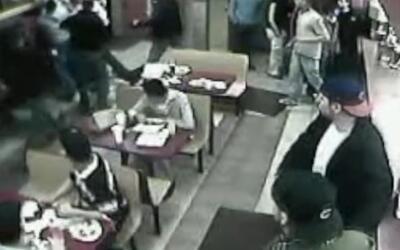 Policías de Chicago golpean a un hombre en una taquería