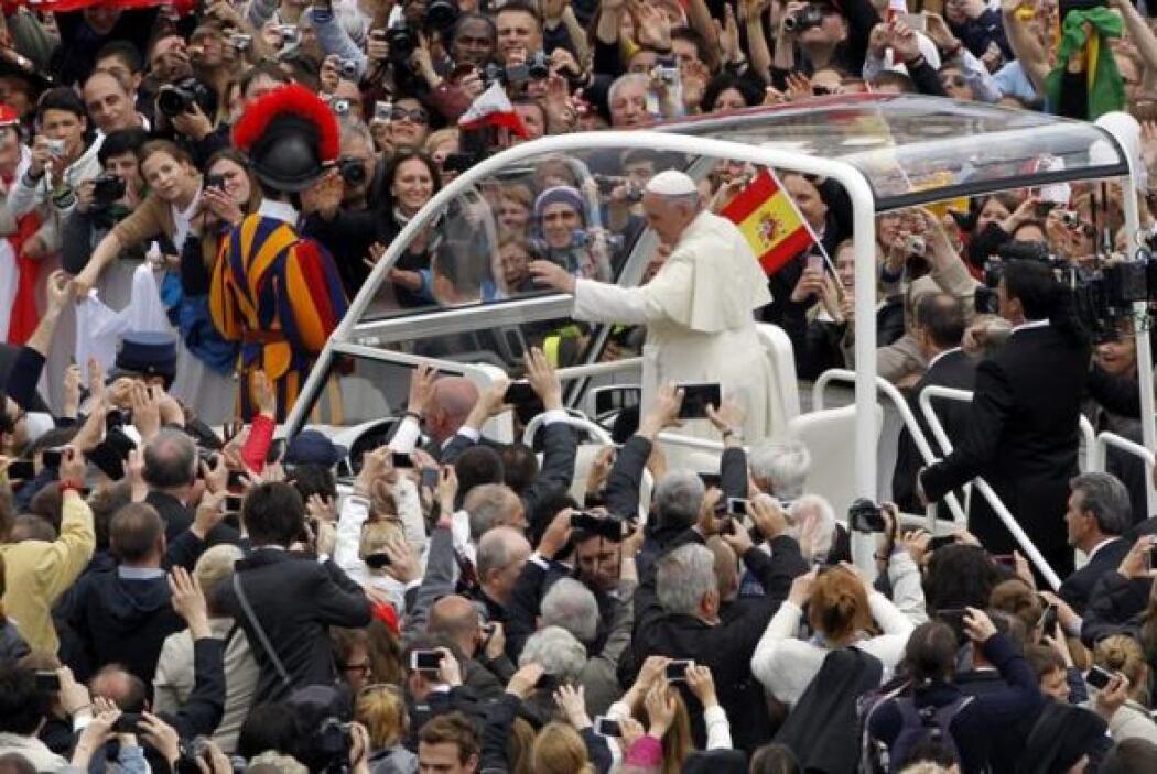 El Papa Francisco recorre en el papamóvil la Plaza de San Pero para bend...