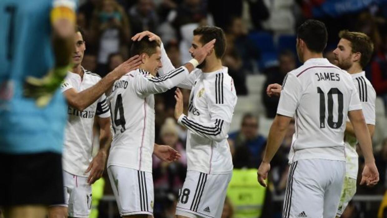 Hernández es felicitado por sus compañeros luego de poner una vistosa as...