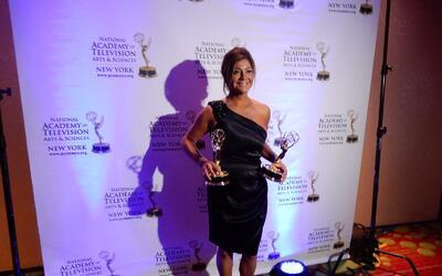 La reportera Mariela Salgado posa con los dos Emmy que ganó en la más re...