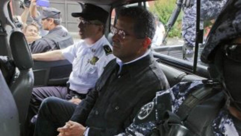 Agentes de la Policía Nacional Civil custodian al expresidente de El Sal...