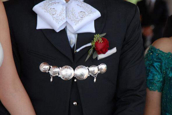 El novio llevaba una rosa roja en la solapa que resaltaba en su traje.
