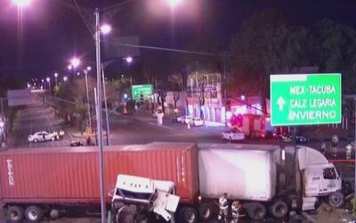 Violento impacto entre dos camiones de carga deja sin vida a dos persona...