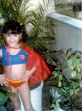 Qué mejor disfraz que el de Super Girl para la futura cantante.