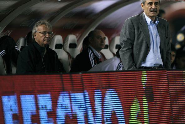 El técnico del ´Millonario´, Angel Cappa, (parado) co...