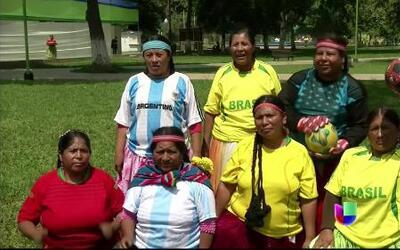 Mujeres indígenas peruanas rinden homenaje al Mundial jugándolo
