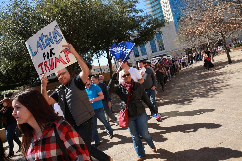 Simpatizantes pelearon verbalmente contra detractores hispanos. ¡Policía...