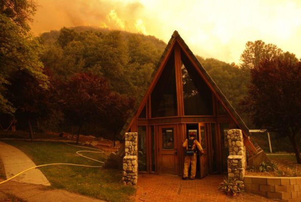 Debido al descontrol de las llamas, las autoridades han comenzado a evac...