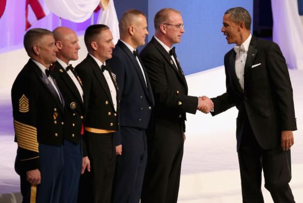 Antes de su salida al escenario, el presidente y su esposa asistieron, e...