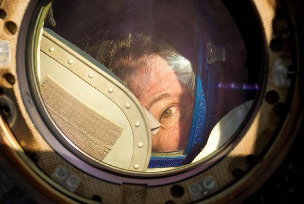 """La astronauta estadounidense Catherine """"Cady"""" Coleman, mira por la venta..."""