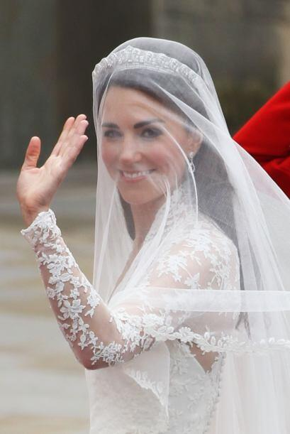 La novia saludaba a todos los presentes que gritan de emoción.