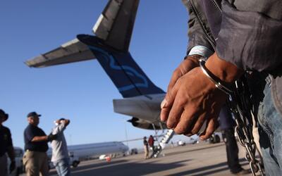 En un minuto: cortes de inmigración se concentrarán en inmigrantes encar...