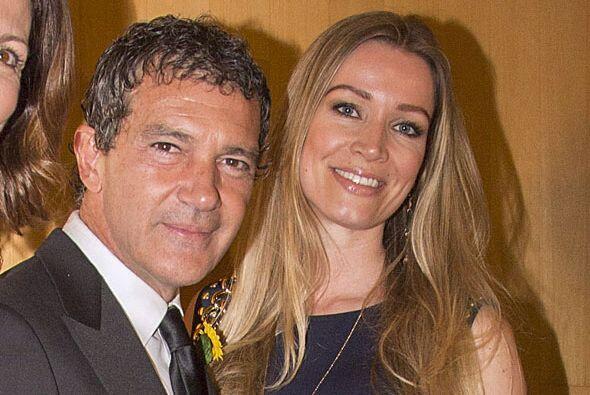 Antonio Banderas sigue presumiendo a su nueva pareja, Nicole Kimpel.