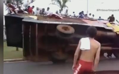 Carro alegórico se vuelca en medio de un desfile en Brasil