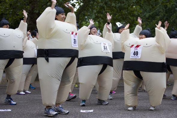 Vestidos en divertidos trajes inflables de sumos, los 89 competidores co...