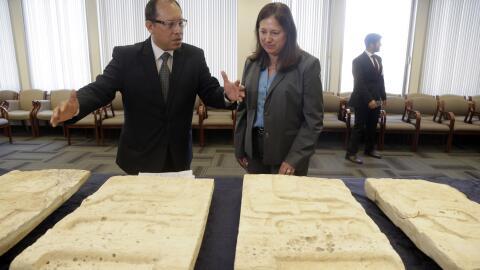 El cónsul de Guatemala en LA, Roberto Archila, recibe los artefac...