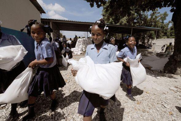 Los propios niños son quienes cargan bultos que sirven de asientos.