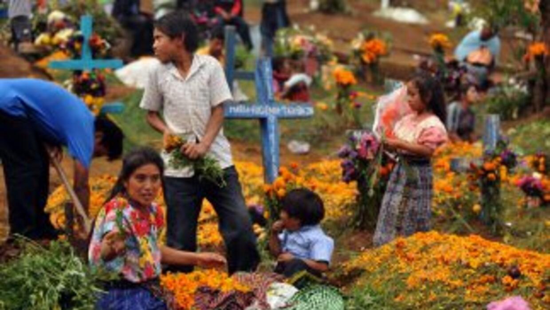 Los cementerios se llenan en las celebraciones de Día de Muertos en Guat...