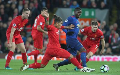 Henderson, Firmino y Milner marcando a Paul Pogba.