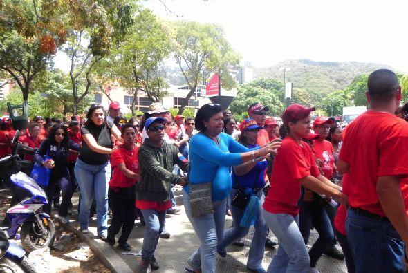 Por segundo día, miles de personas salieron a las calles de Caracas para...