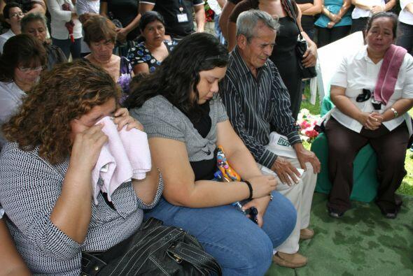 La familia rezaba por el descanso del papá y sus hijos. (Foto: Co...