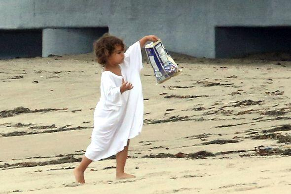 Resulta que el pequeñín andaba paseando en la playa con la...