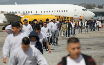 Un grupo de deportados de Estados Unidos llega al aeropuerto La Aurora d...